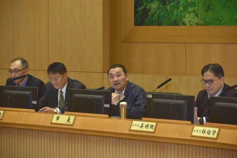 新北市長侯友宜(右二)出席市政會議,指示成立都更辦公室跟小組,掌握時效可一次性地解決問題。(圖/新北市新聞局提供)