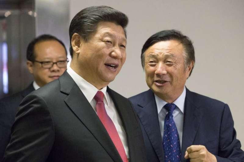 華為創始人任正非(右)陪同中國國家主席習近平參觀華為在英國倫敦的辦公室。(美國之音)