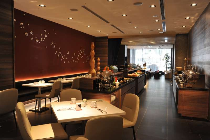 Unwind Bar & Restaurant充滿設計的用餐氛圍,加上便捷的交通環境,是春節聚餐的最佳選擇。(圖/永安棧)