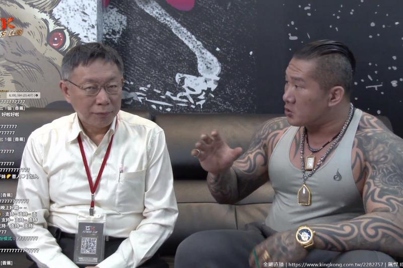 「館長」陳之漢(右)1月曾訪問台北市長柯文哲(左)。(資料照,截自Youtube)