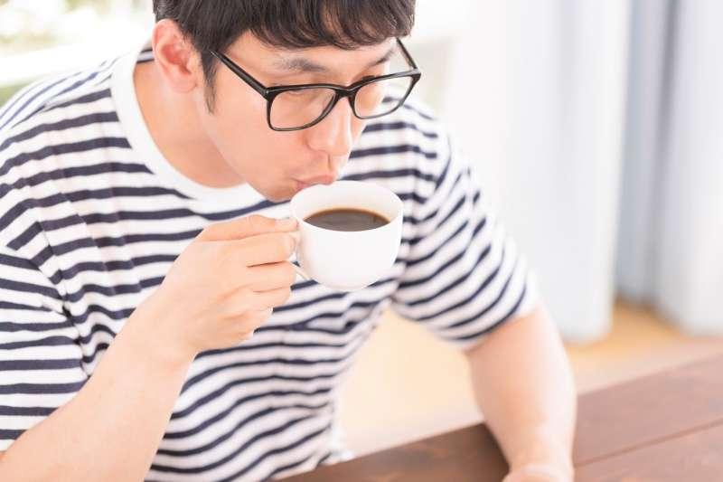 網路上流傳「喝咖啡會導致食道癌」、「每天攝取咖啡因大於500毫克,容易導致乳房纖維囊腫、乳癌。」喝咖啡真的會導致這兩種癌症嗎?來聽營養師破解。(圖/すしぱく@pakutaso)
