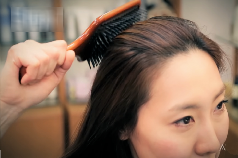 沒事就多梳頭吧!梳頭有許多驚人功效有助健康。(圖/取自youtube)