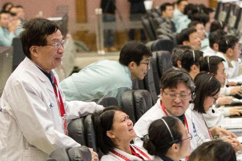 嫦娥一號衛星總設計師葉培建與嫦娥四號探測器專案執行總監張熇(新華社)