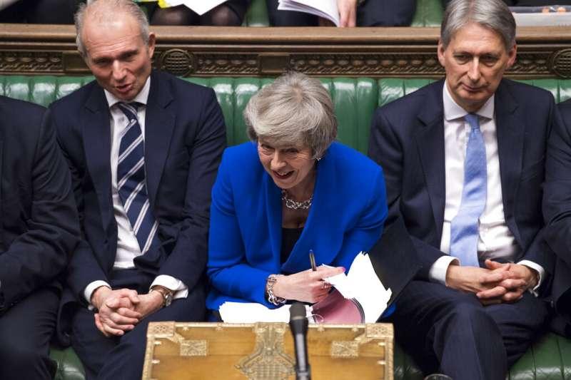 英國首相梅伊16日再次挺過不信任案考驗,她將繼續領導英國執行脫歐的公投結果。(美聯社)