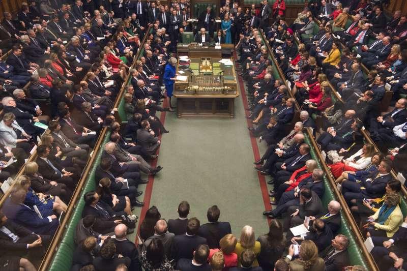 英國下議院16日否決對梅伊政府的不信任案。(美聯社)