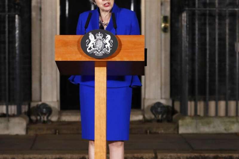 英國首相梅伊在挺過不信任案後,於唐寧街10號前發表談話。(美聯社)