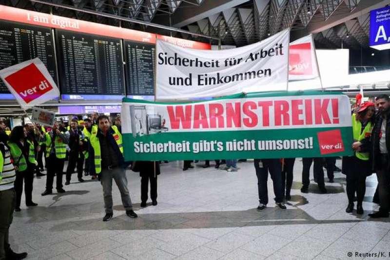 法蘭克福機場安檢人員罷工標語:「天下沒有免費的安全」。(德國之聲)