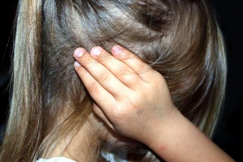 其實,面對虐童案不該以暴制暴,而是實行有效的「社會關懷」。(資料照,圖/Pixabay)