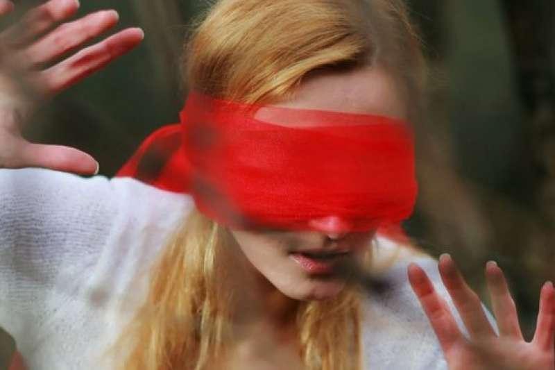 電影《蒙上你的眼》掀起模仿熱潮,影迷紛紛進行「蒙眼挑戰」。(BBC中文網)