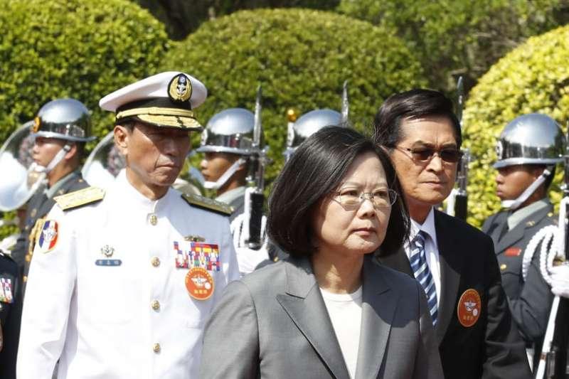 李喜明(左)將於今年中退役,小英(中)是否另有重用尚未得知。(郭晉瑋攝)