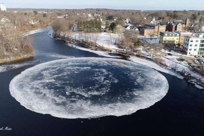 緬因州小城維斯布魯克近日在河面上出現一個巨大的冰圓盤。(翻攝維斯布魯克官方臉書)