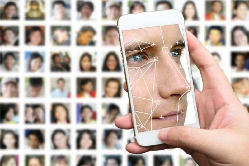 自己的臉不怕遺失,比身份證、信用卡安全,但把自己的相片與個人資料綁在一起,難免教人有洩漏的憂心,所以隱私保護是刷臉便利的另一面。(資料照,取自shutterstock,數位時代提供)