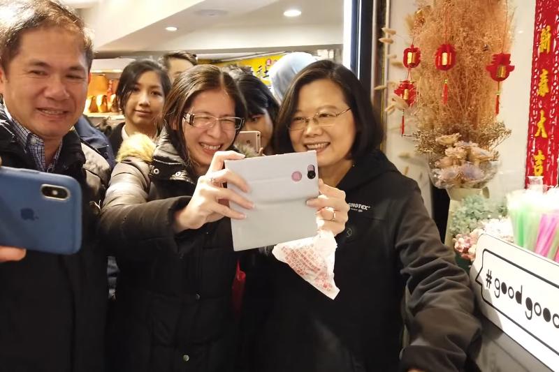圖為總統蔡英文17日造訪西門町享用午餐,與許多旅客合照,並在臉書發布影片,引發網友好評。(資料照,截取自蔡英文臉書)