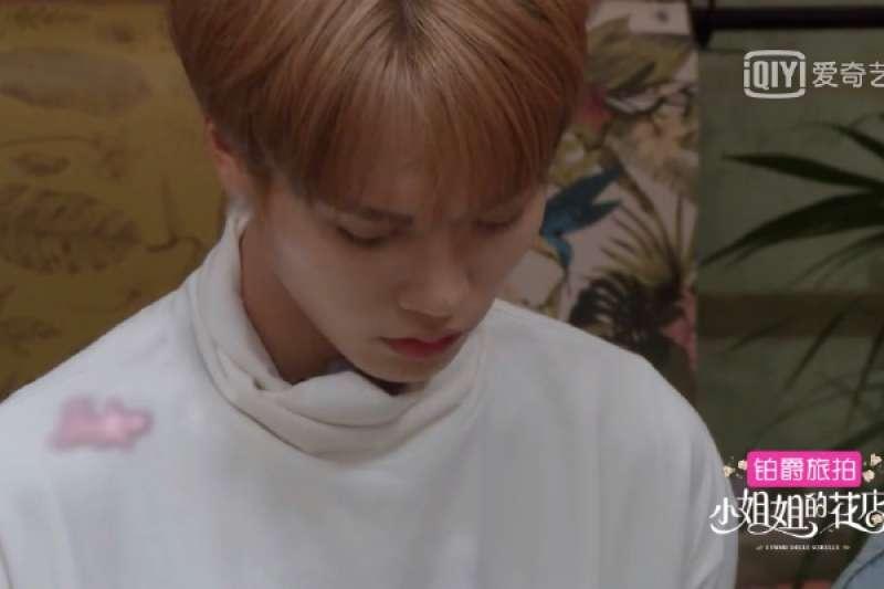 最近有眼尖的觀眾發現,中國影視網站「愛奇藝」播出的節目中,特地把男藝人戴上耳環的耳垂打上馬賽克。(翻攝自「青春小說影視劇透社」微博)