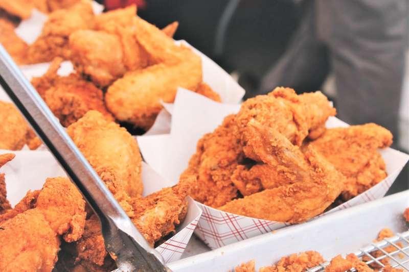 連鎖速食的炸雞作法各有特色,例如麥當勞是使用預製全熟的炸雞半成品在門市復熱,而肯德基則是生雞肉在門市現場直接炸。(圖/Free-Photos@pixabay)