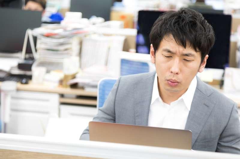 辦公室久坐無形間造成這幾年來國人健康的隱憂新趨勢。(圖/すしぱく@pakutaso)
