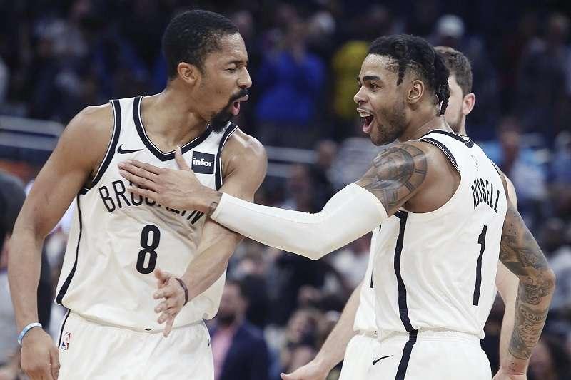 羅素(右)連續攻入19分,為NBA本季連續得分最高者。(美聯社)