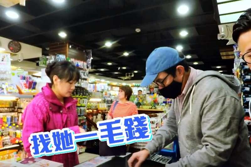 前總統馬英九(右)扮一日店員,要用「一毛錢」找錢給民眾,被吐槽「現在沒有人在用『毛錢』了」。(翻攝「馬英九」臉書影片)