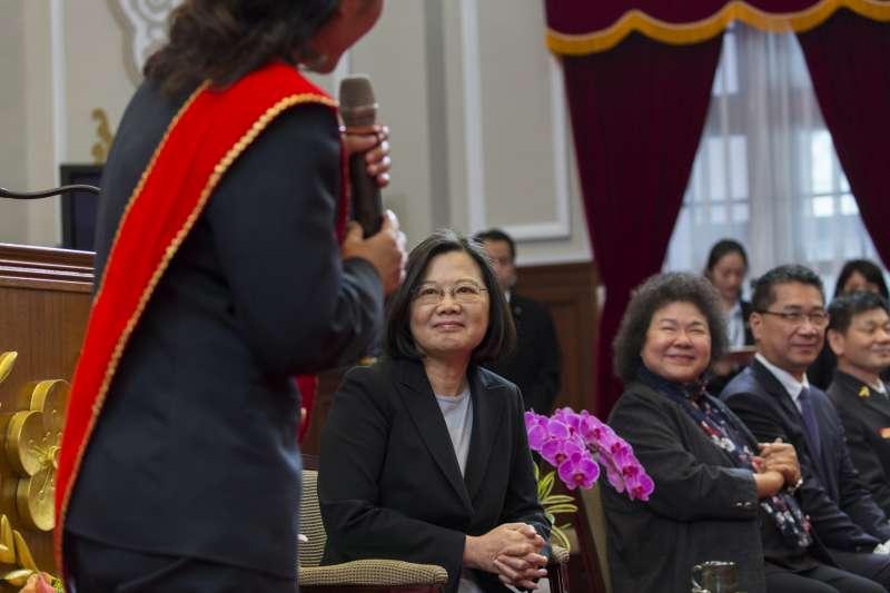 總統蔡英文(左二)接見107年「鳳凰獎」楷模得獎人,會中承諾將改善消防員勞動條件。(總統府提供)