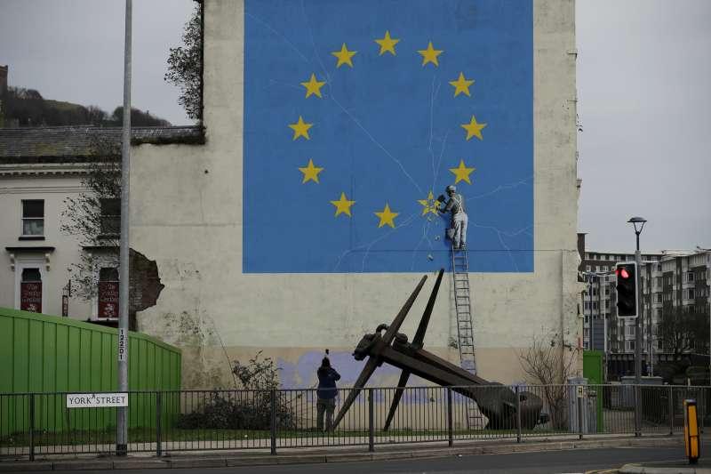 英國街頭塗鴉大師班克西(Banksy)的作品,暗喻英國脫歐(AP)