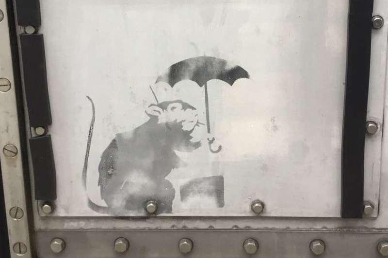 東京都一處防潮門有人塗鴉畫了小老鼠撐傘圖,被傳可能是英國知名塗鴉藝術家班克西的作品。(小池百合子推特)