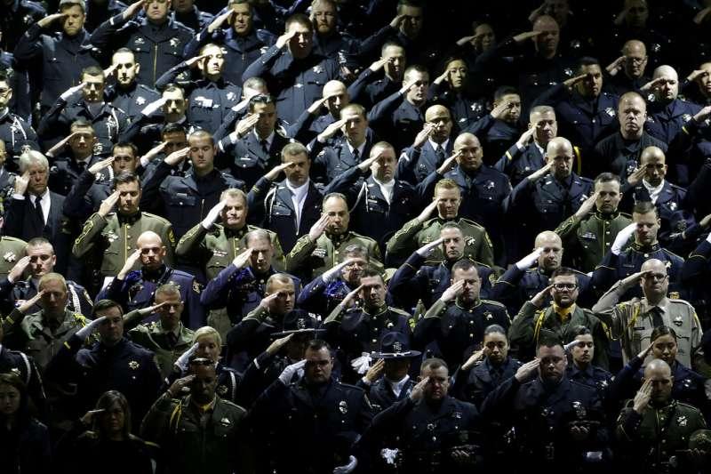2019年1月,加州殉職女警柯洛納追思會,不少警員遠自紐約、波士頓等地趕赴加州參加。(美聯社)