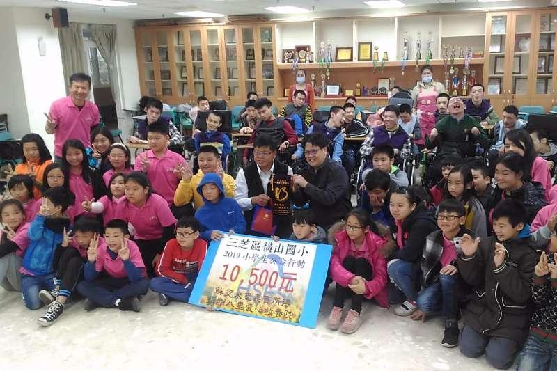 新北市橫山國小捐贈義賣茭白筍和米堡所得給八里愛心教養院。 (圖/新北市社會局提供)