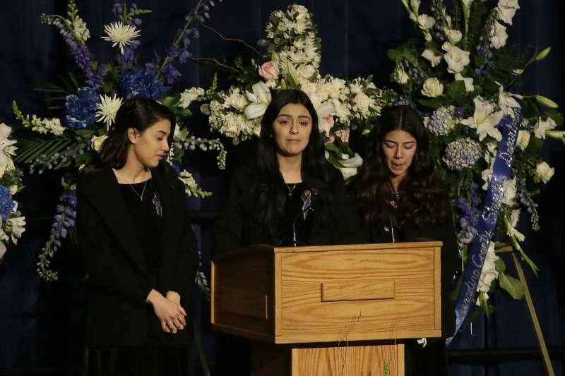 美國加州殉職女警柯洛納的姊妹在追思典禮上懷念她。(美聯社)
