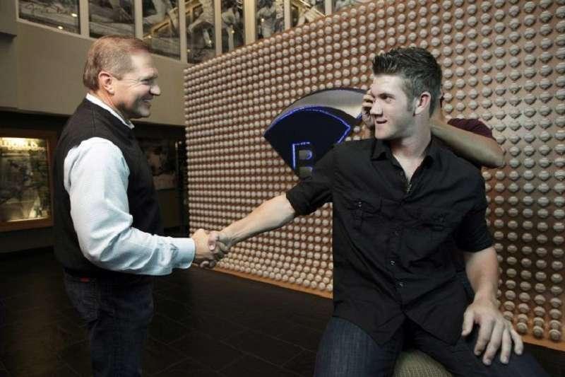 自由球員市場雖不熱絡,球星哈波(右)在經紀人波拉斯(左)幫忙下,還是獲得一張創新高的13年約。(美聯社)