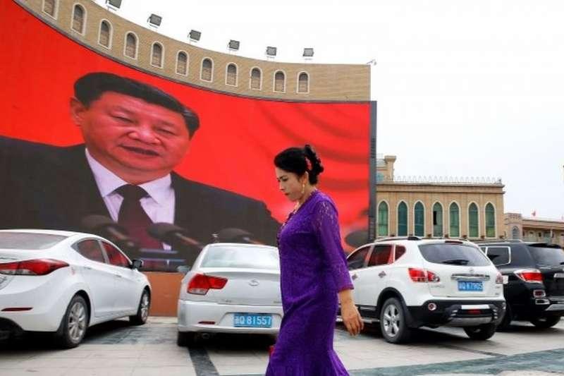 國際人權組織指出,中國在新疆拘禁100多萬維吾爾族穆斯林,讓他們接受再教育,強迫他們放棄伊斯蘭信仰,背叛他們的民族。(BBC中文網)