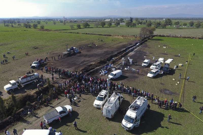 2019年1月18日,墨西哥發生民眾從輸油管偷油、引發爆炸的意外,造成慘重死傷(AP)