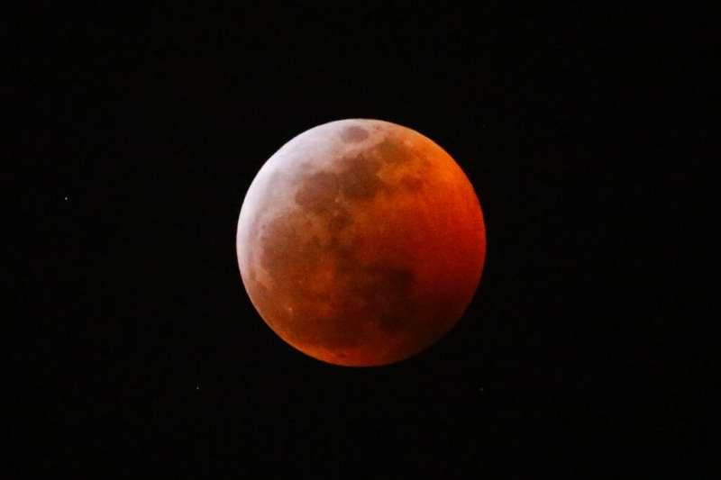 2019年1月21日,三大天文奇觀合一的「超級血狼月」登場,北美洲和南美洲和部分歐洲國家的民眾有機會目睹難得奇景。(美聯社)