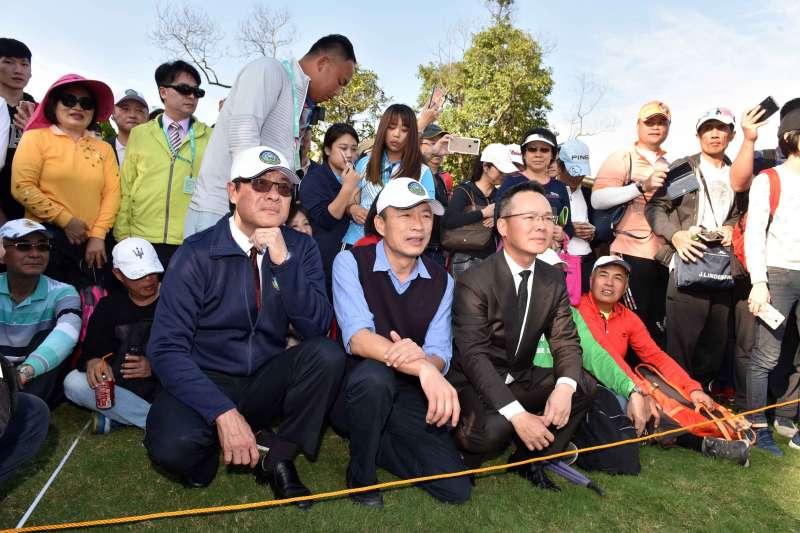 20190120-台灣女子高球公開賽今年首度移師高雄,高雄市長韓國瑜(前排中)20日親赴比賽現場替選手加油。(高雄市政府提供)