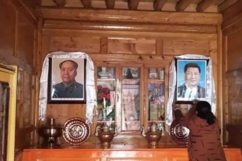 藏人家裡懸掛的習近平、毛澤東照片。(美國之音)