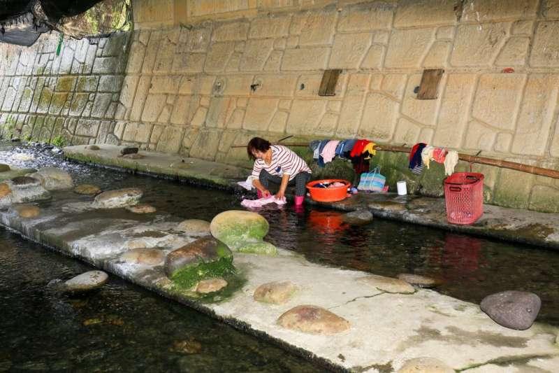 20190121-台中南勢溪是一條湧泉溪,也是沙鹿地區的「母親之河」,長久以來提供居民生活上的需要,包括生活用水、洗衣及洗菜等,形成了別具特色的婦女「洗衣文化」。(取自台中市政府觀光旅遊局網站)
