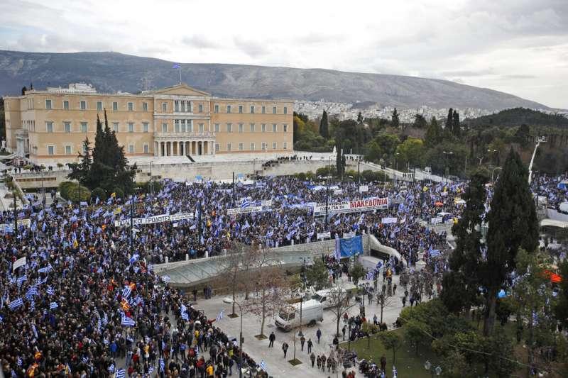 希臘國會大廈外聚集大批民眾抗議。(美聯社)