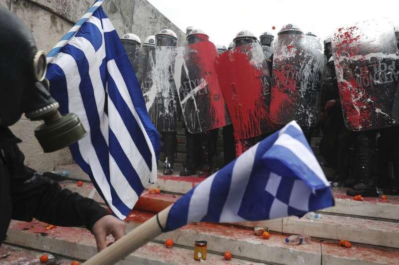 為了鄰國馬其頓是否更改國名,大批希臘民眾20日上街抗議,與鎮暴警察發生激烈衝突。(美聯社)