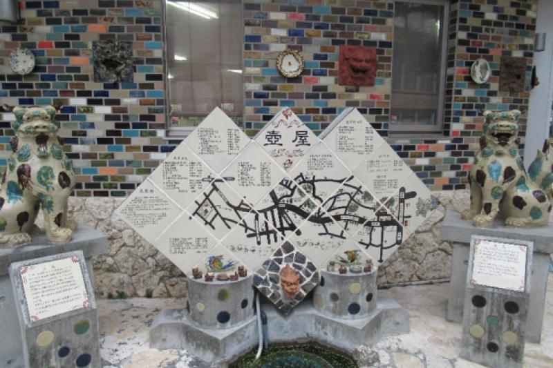 壺屋燒陶藝和陶工的傳承,就像訴說沖繩坎坷而不屈的歷史運命。線條大器色彩豐富的壺屋燒,是沖繩民間藝術的精華,也是沖繩人化缺憾為奇蹟的證明。(圖/秋禾攝影)