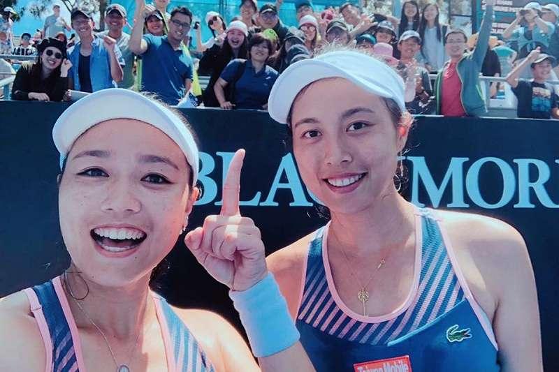 詹詠然(左)與詹皓晴的女雙組合,止於澳網8強。(圖取自詹詠然臉書)