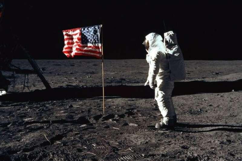 巴斯·艾德林在登月時被月球的空靈景象所震撼。(BBC中文網)