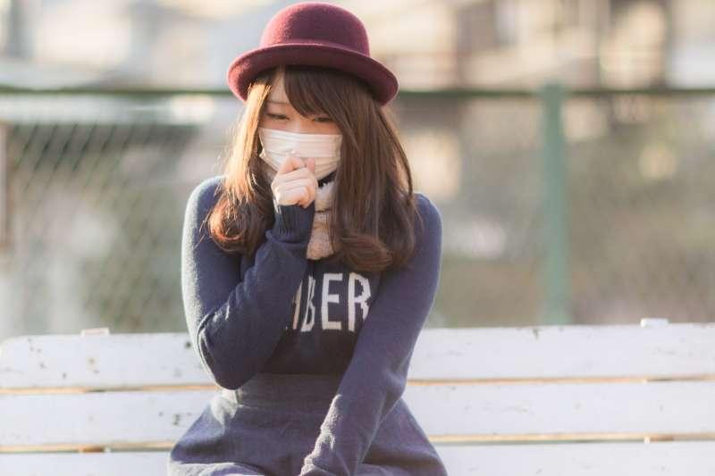 半夜咳不停、甚至影響睡眠該怎麼辦?(圖/すしぱく@pakutaso)