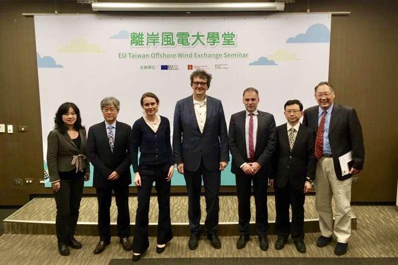 歐盟經貿辦事處等3駐台外館找專家分享經驗,認為台灣有成為亞洲第2大風電市場潛力。左起為中經院綠色經濟研究中心主任溫麗琪、清大科法所教授范建得、丹麥能源公共事業與氣候部顧問Anna Riis Hedegaard、德離岸風電基金會教授Martin Skiba、歐洲經貿辦事處副處長雍青龍、台大教授江茂雄。(業者提供)