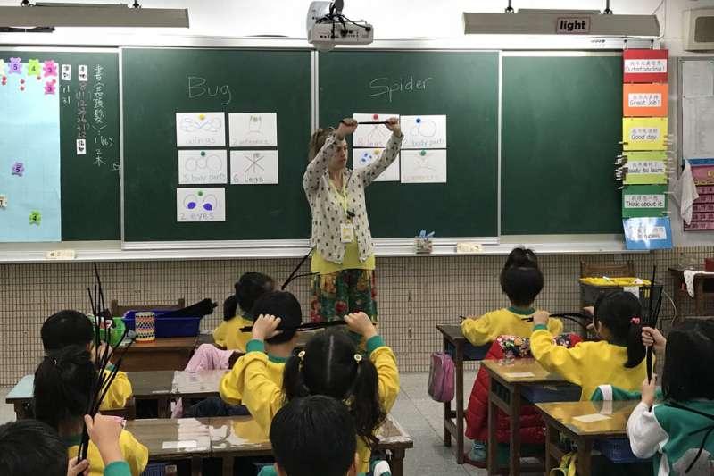 修法放寬外籍教師限制,有助於雙語國家政策目標達成。(東新國小提供)