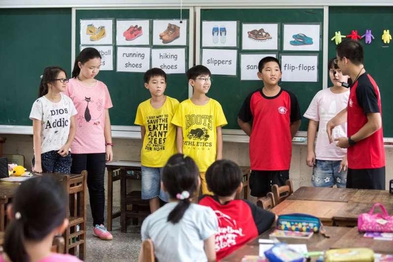 教師透過母語、圖表、影片、教具等教學鷹架來輔助學生學習。(台南二官辦提供)