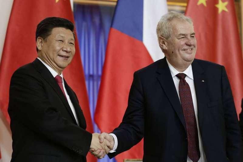 2016年3月,中國國家主席習近平首度訪問捷克,與捷克總統澤曼會面(資料照,AP)