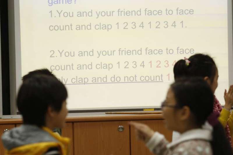 家長憂心全面雙語教育,將面臨英語師資不足的問題。(郭晉瑋攝)