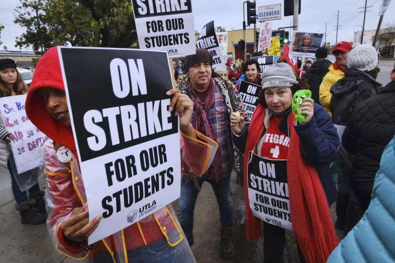 洛杉磯教師14日起進行罷工,22日教師公會與學區達成臨時協議(AP)
