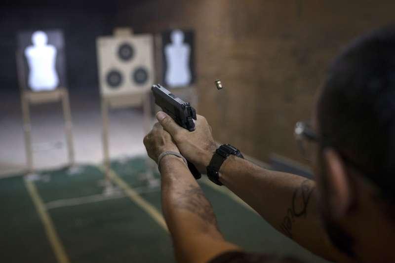 美國紐約市限制只能帶槍到射擊場,擁槍人士控訴違反憲法增修條文第2條保障的擁槍權(AP)