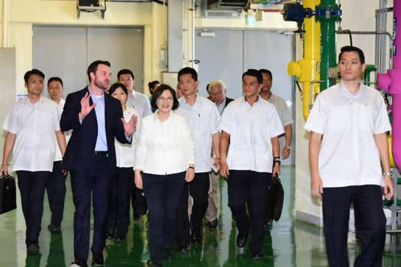 Google資料中心能源與設址策略總經理 Gary Demasi 曾於2016年引導總統蔡英文女士參觀 Google台灣資料中心。(Google公司提供)