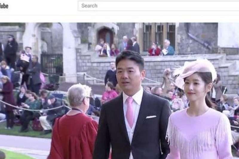 劉強東與章澤天參加英國女王孫女的婚禮時,因為兩人的盛裝打扮與東方面孔,還被當地網友誤以為是日本公主駕臨(圖片來源:新浪科技)